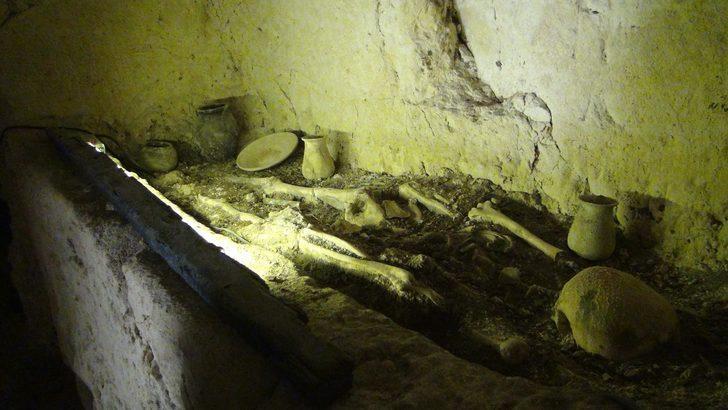 Şanlıurfa'da 2 bin yıllık tarihi kaya mezarları ziyarete açıldı! Yerli turistler mezarlara akın etti