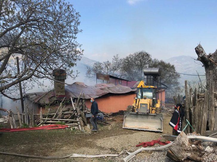 Evde çıkan yangında 25 bin TL ve 8 Cumhuriyet altını yandı