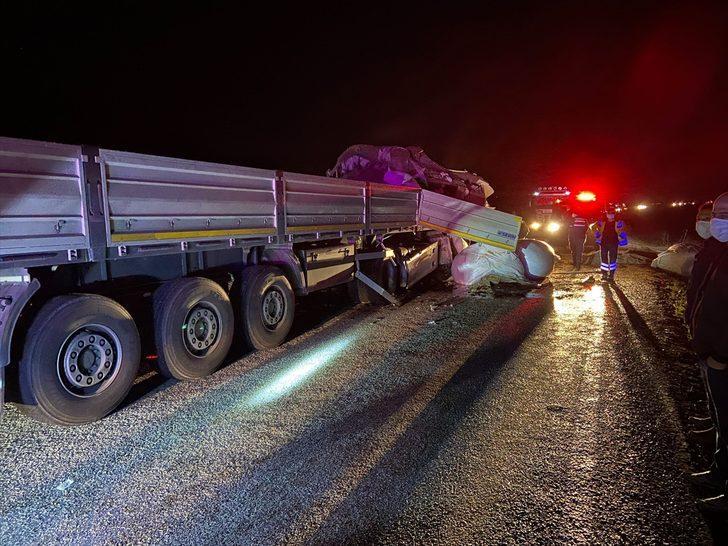 Afyonkarahisar'da çarpışan tırların sürücüleri hayatını kaybetti