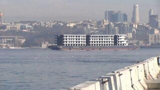 İstanbul Boğazı'ndan 'apartman' geçti!