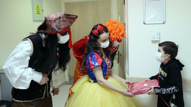 Sağlık çalışanları, masal kahramanı ve palyaço kostümleriyle tedavi gören çocuklara bayram sürprizi yaptı