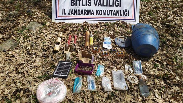 Bitlis'te PKK'lı teröristlerce kullanılan 2 sığınakta el bombası ve yaşam malzemesi ele geçirildi