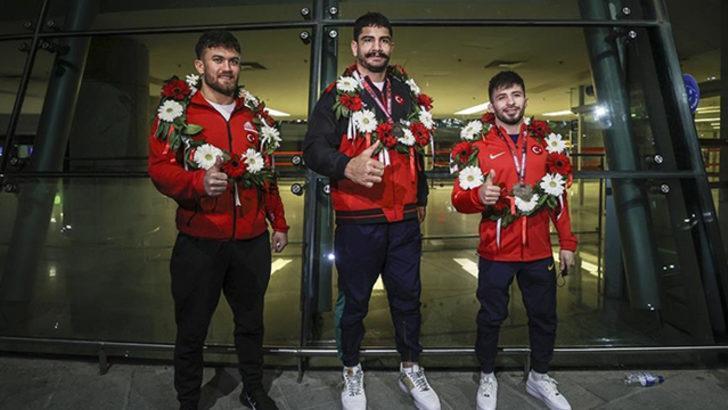 Serbest Güreş Milli Takımı yurda döndü