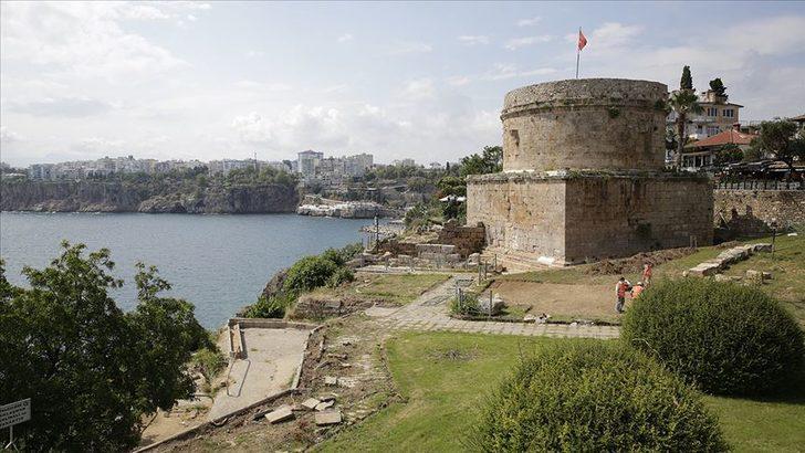 Antalya'nın simgelerinden Hıdırlık Kulesi, arkeolojik kazılara sahne olmaya devam ediyor