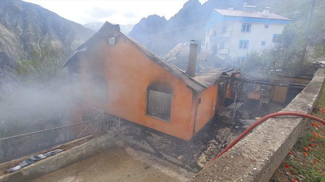 Artvin'de iki katlı ev yanarak kullanılamaz hale geldi