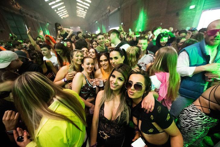Temas ettiler, maske takmadılar! İngiltere'de 3 bin genç eğlence mekanına akın etti