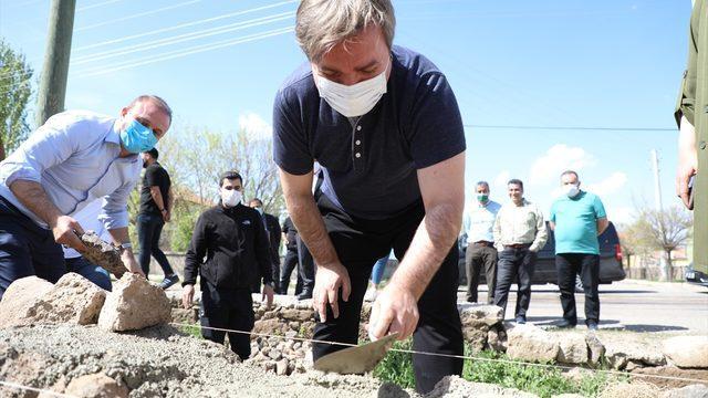 Aksaray Valisi Aydoğdu, 1 Mayıs Emek ve Dayanışma Günü'nde duvar işçilerine yardım etti