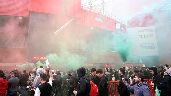 Manchester United taraftarı, Liverpool maçı öncesi stadı bastı! Glazer protestosu…