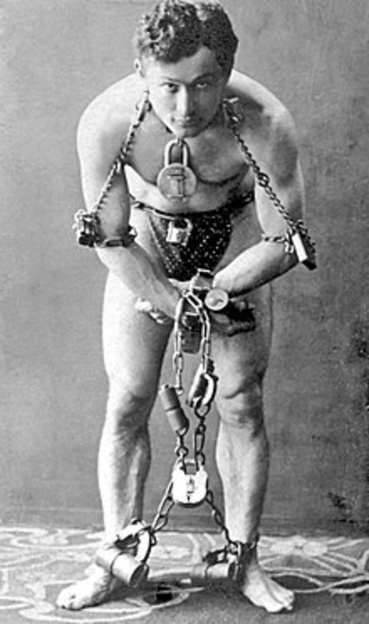 Kurtulamayacağı zincir olmadığını kanıtlayan efsane illüzyonist: Harry Houdini