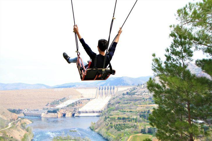 Elazığ'daki Keban Baraj Gölü'ne kurulan dev salıncak hem korku hem de keyif verdi