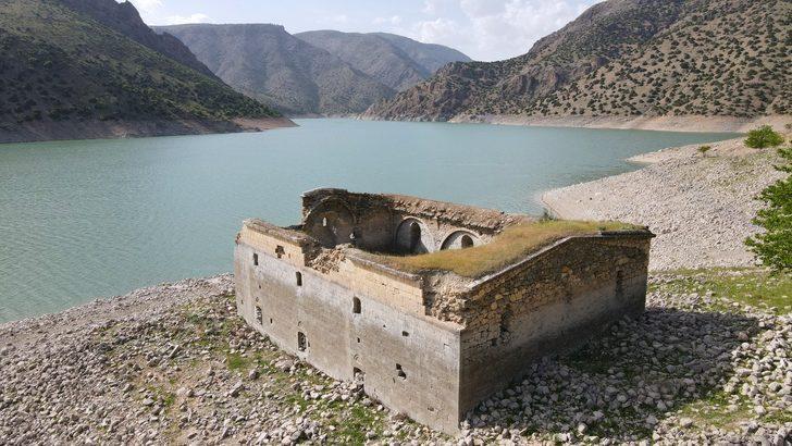 Keban Baraj Gölü'nün su seviyesinin düşmesiyle Miyadın Kilisesi, ilk defa ortaya çıktı