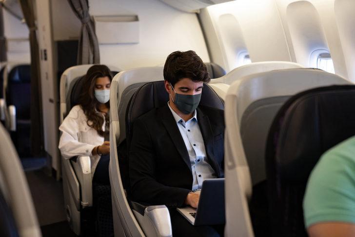 Maske takmayı reddeden uçak yolcuları gözaltına alındı