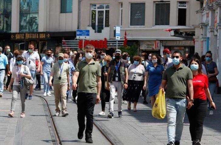 Taksim'de turist yoğunluğu! Sosyal mesafe hiçe sayıldı