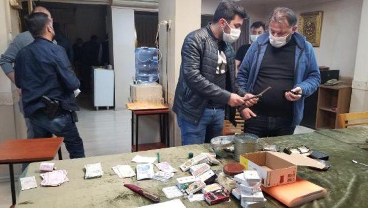 'Paralı oyun oynamak yasaktır' yazılı dairede kumar oynarken yakalandılar