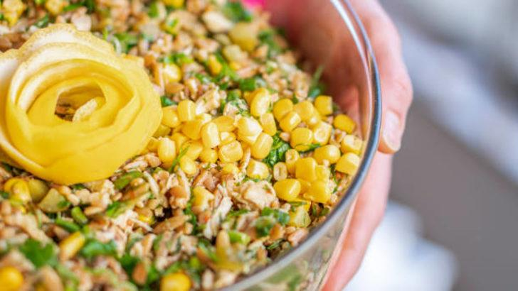 Hem hafif hem lezzetli bir salata: Yeşillikli Tavuk Salatası