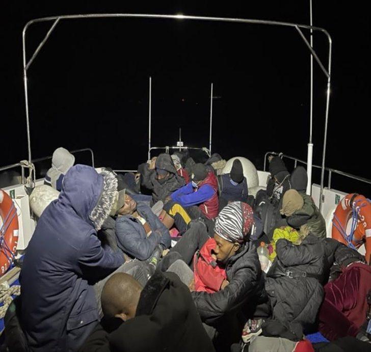 Balıkesir açıklarında Türk kara sularına itilen 30 düzensiz göçmen kurtarıldı