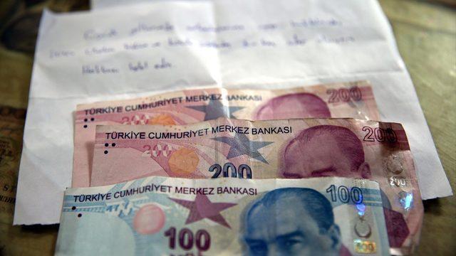 Tokat'ta bir kişi çocukluk yıllarında aldıklarının karşılığında marketin kapısına para ile özür notu bıraktı