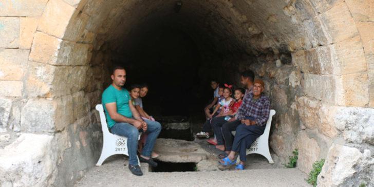 Köylüler serinlemek için tarihi camiye gidiyor