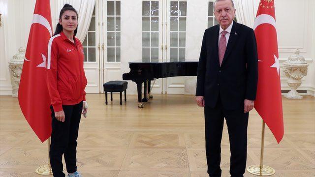 Cumhurbaşkanı Erdoğan, bu yıl Avrupa ve Dünya şampiyonalarında madalya kazanan milli sporcularla iftar yaptı