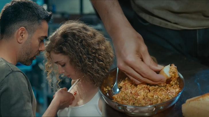 """Aşkın Tarifi dizisinde Kadir Doğulu ile Serra Arıtürk'ün dikkat çeken menemen sahnesi! """"Menemen nasıl yenir öğrendik mi gençler?"""""""