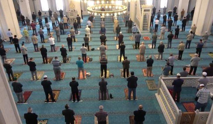 Bu yıl bayram namazı camilerde kılınacak mı, bayram namazı saat kaçta? Tam kapanmada Ramazan Bayramı'nda camiler açık mı?