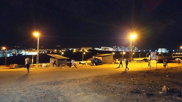 Siirt'te kısıtlamaya uymayan çocuklar sokak lambaları kapanınca evlerine gitti