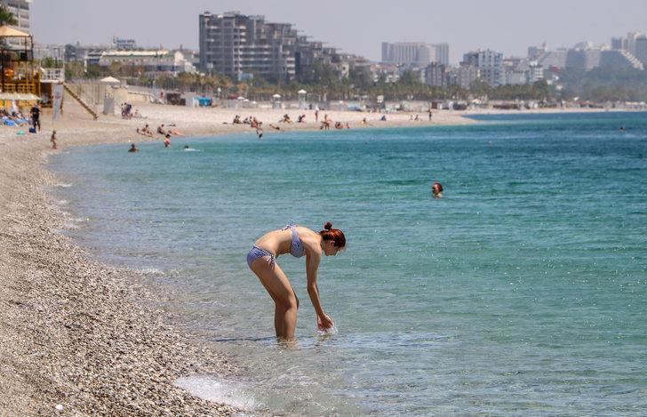 Kısıtlamadan muaf tutulan turistler plaja koştu