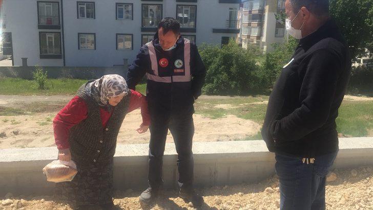 Bolu'da evinden uzaklaşarak kaybolan alzaymır hastası kadın polis tarafından ailesine teslim edildi