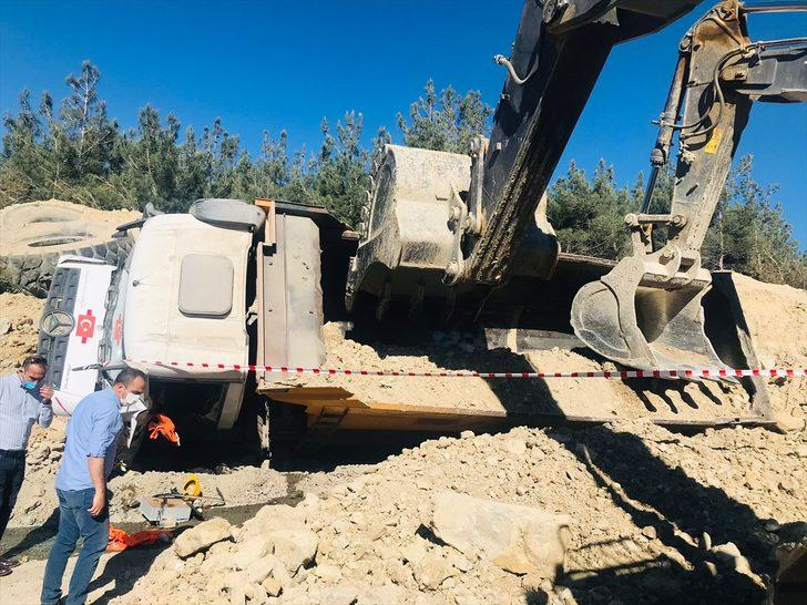 Manisa'da devrilen kamyonun altında kalan sürücü hayatını kaybetti