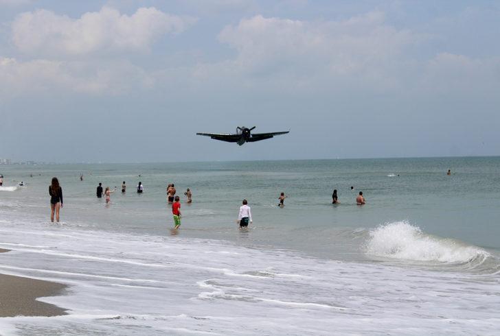 Fotoğraf çekiminde akılalmaz olay! Savaş uçağı sahile indi