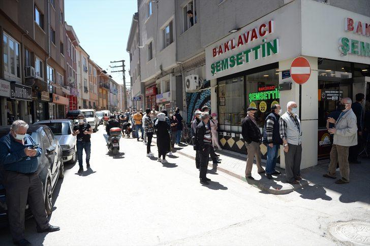 Eskişehir'de baklava almak isteyenler, tatlıcının önünde metrelerce kuyruk oluşturdu