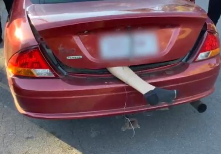 Arabadan sarkan bacak görenleri dehşete düşürdü
