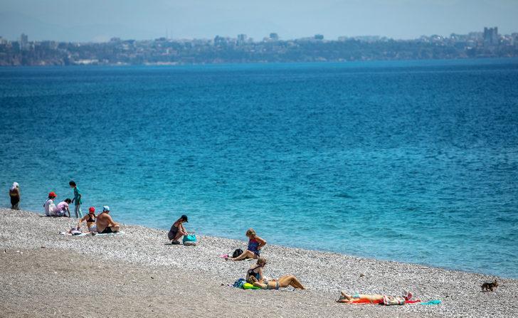 Antalya'da turistler boş sahillerin keyfini çıkardı