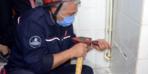 Ev sahibi duvarı deldirmedi, fayans sökülerek kurtarıldı