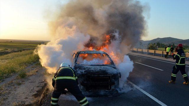 Aksaray'da seyir halindeki otomobil yandı