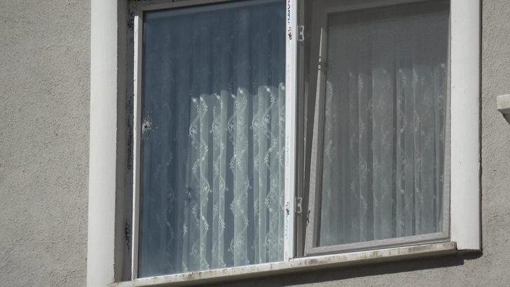 Bayram sabahı dehşeti yaşadılar! Maganda kurşunu camı kırıp gardıroba saplandı