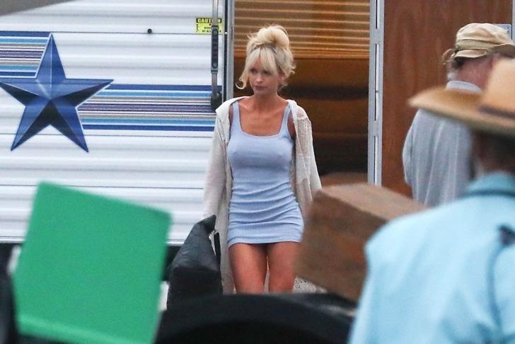 Pamela Anderson'a dönüşen Lily James sette! Son hali olay oldu