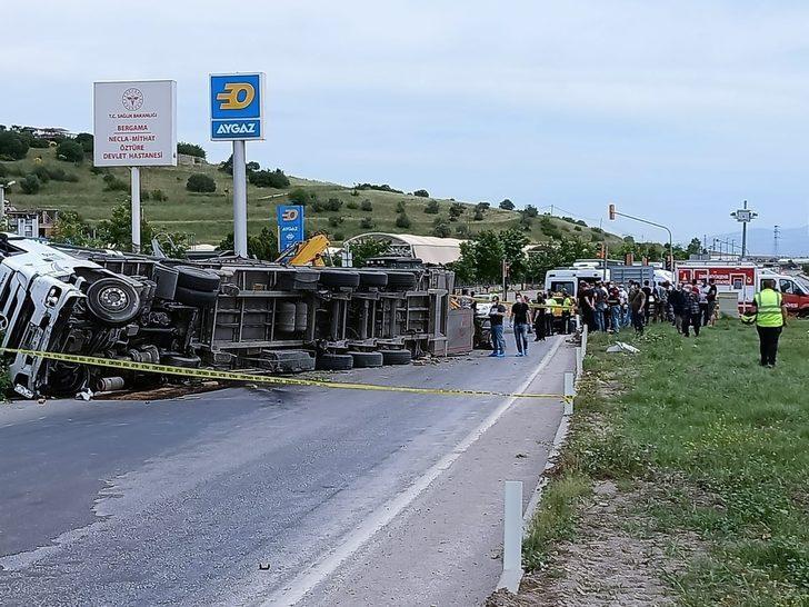 İzmir'de feci kaza! TIR'ın altında kaldılar: 2 ölü, 5 yaralı
