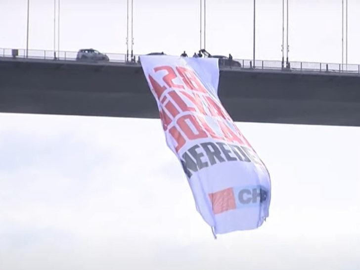 CHP'li vekiller 15 Temmuz Şehitler Köprüsü'ne '128 milyar dolar nerede?' pankartı astı