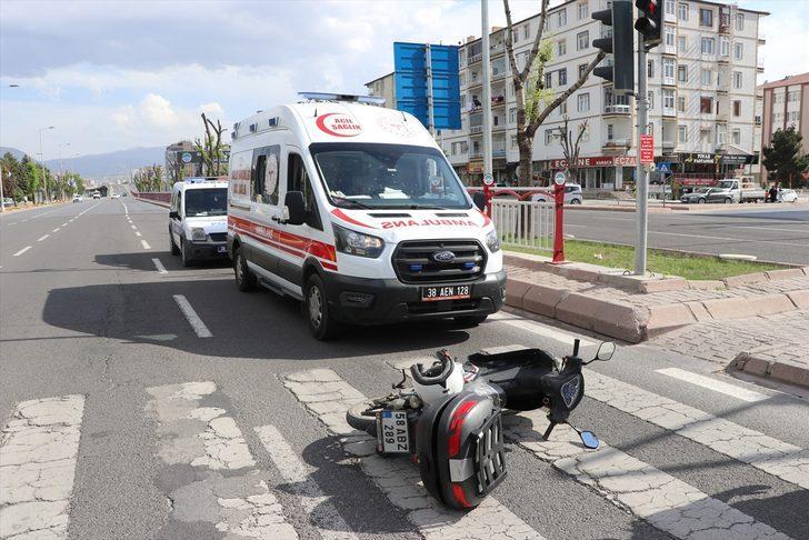 Kayseri'de motosikletle ambulansın karıştığı kazada bir sağlık personeli yaralandı