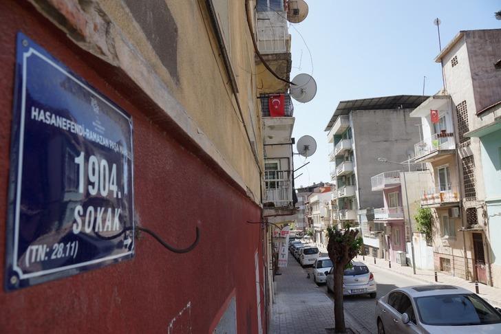 Aydın'ın Efeler ilçesindeki ünlü sokak, iki ucunda farklı tarihi eserlere ev sahipliği yapıyor