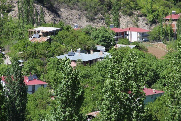 İki dağın arasında kalan köyü emekleriyle yeşillendirdiler