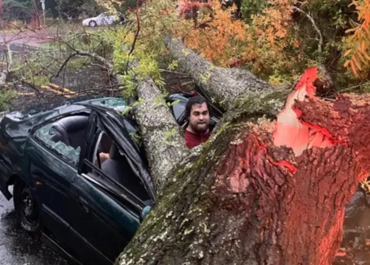 Ölümle burun buruna! Fırtınada arabasına sığındı ama neredeyse sonu oluyordu