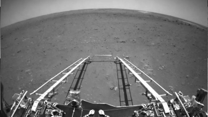 Zhurong: Çin, Mars'a indirdiği uzay aracından ilk fotoğrafları paylaştı