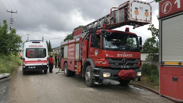 Sakarya'da kendini yangın çıkardığı evine kilitleyen kişiyi ekipler ikna etti