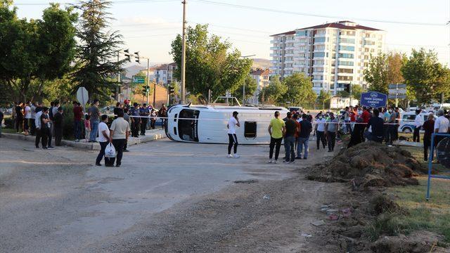 Elazığ'da 3 aracın karıştığı kazada 19 kişi yaralandı