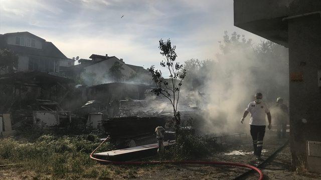 Sakarya'da bir depoda çıkan yangının sıçradığı binadaki çift yaralandı