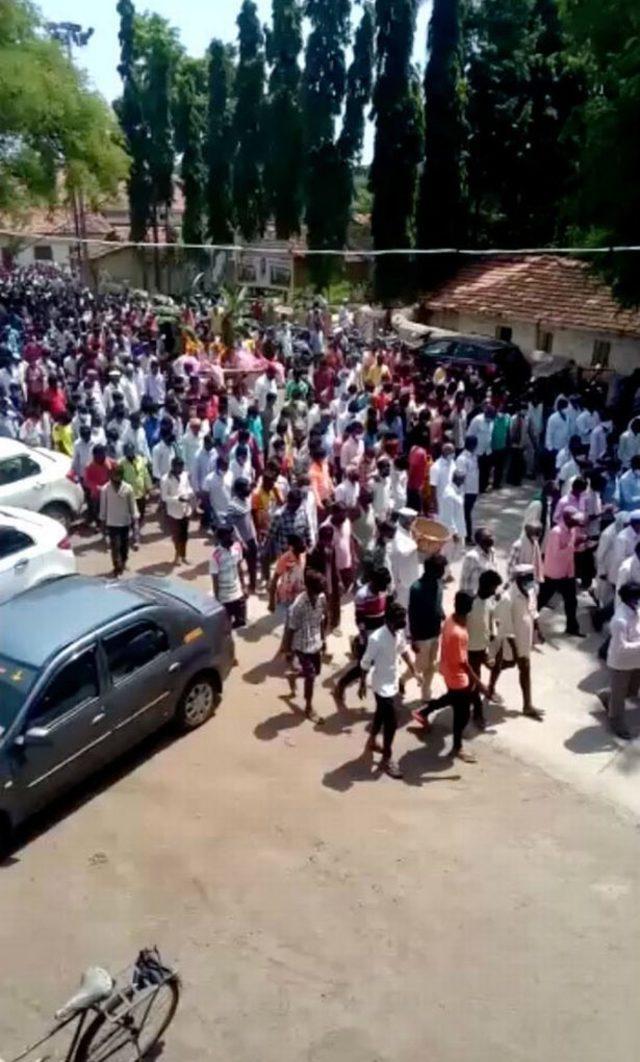 0_PAY-VİDEO-Kızılderili-köyü, inandıkları yüzlerce-AT-EĞLENCESİ için-toplandıktan sonra-kilitlemeye giriyor