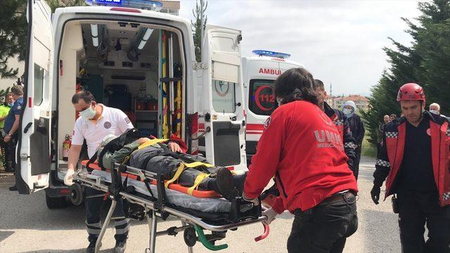 Sakarya'da sitenin bahçesine devrilen araçtaki 5 kişi yaralandı