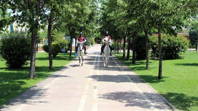 Uşak'ta Kovid-19 denetimlerine atlı polisler de katılıyor
